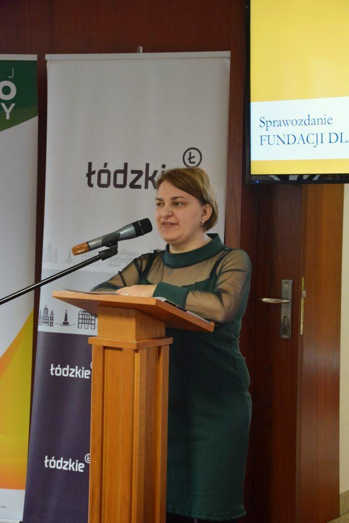 Prezes Fundacji Teresa Moskal omawia działania podejmowane wminionym roku