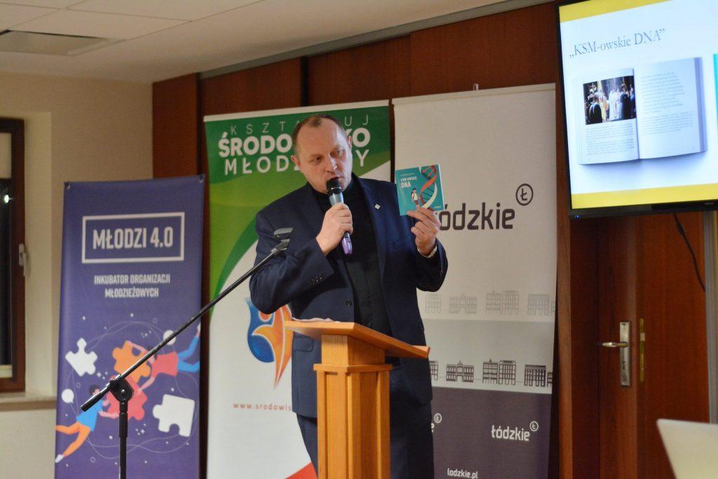 """Asystent Generalny KSM ks.drAndrzej Lubowicki prezentuje książkę """"KSM-owskie DNA"""""""